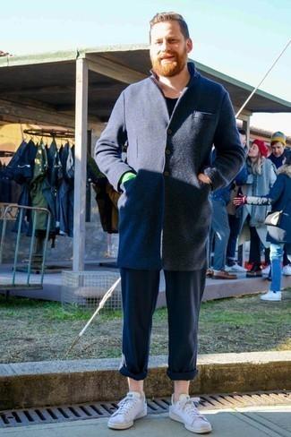 Cómo combinar un abrigo largo: Ponte un abrigo largo y un pantalón chino azul marino para un lindo look para el trabajo. Si no quieres vestir totalmente formal, completa tu atuendo con tenis de cuero blancos.