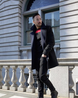 Cómo combinar: abrigo largo azul marino, jersey con cuello circular estampado negro, vaqueros negros, zapatillas altas de cuero negras