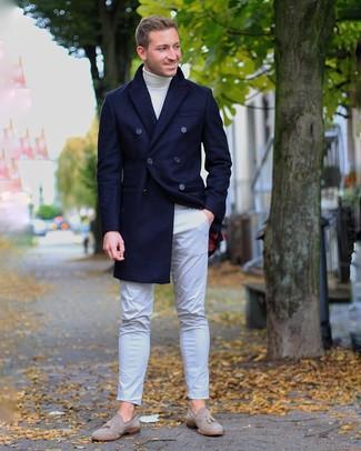 Cómo combinar: abrigo largo azul marino, jersey de cuello alto blanco, pantalón chino gris, mocasín con borlas de ante gris
