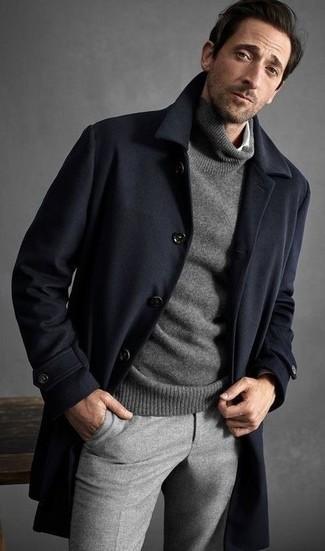 Cómo combinar: abrigo largo azul marino, jersey de cuello alto gris, camisa de manga larga blanca, pantalón de vestir de lana gris