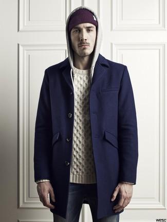Cómo combinar: abrigo largo azul marino, jersey de ochos blanco, vaqueros pitillo azul marino, gorro morado oscuro