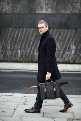Cómo combinar: abrigo largo azul marino, pantalón de vestir azul marino, zapatos oxford de cuero en marrón oscuro, portafolio de lona en gris oscuro