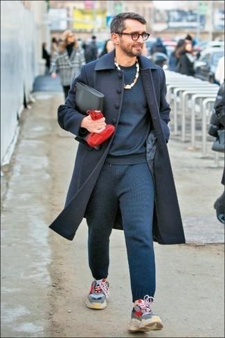 Cómo combinar: abrigo largo azul marino, sudadera azul marino, pantalón de chándal azul marino, deportivas grises