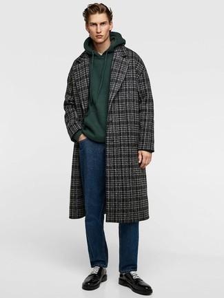Cómo combinar un abrigo largo de tartán azul marino: Usa un abrigo largo de tartán azul marino y unos vaqueros azul marino para lograr un estilo informal elegante. ¿Te sientes valiente? Opta por un par de zapatos derby de cuero negros.