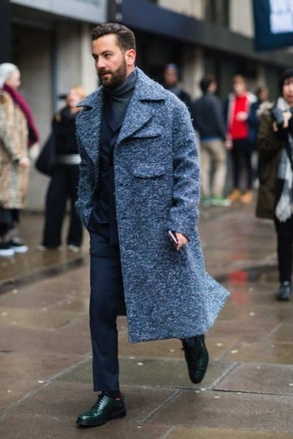 Cómo combinar un traje azul marino en clima frío: Empareja un traje azul marino con un abrigo largo azul marino para rebosar clase y sofisticación. Si no quieres vestir totalmente formal, opta por un par de zapatos derby de cuero verde oscuro.