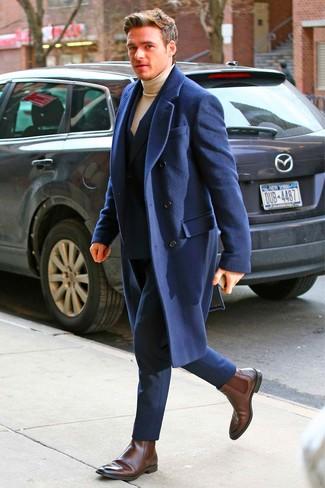Cómo combinar: abrigo largo azul marino, traje azul marino, jersey de cuello alto marrón claro, botines chelsea de cuero en marrón oscuro