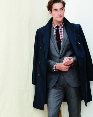 Cómo combinar: abrigo largo azul marino, traje gris, camisa de manga larga de tartán en rojo y blanco, corbata negra