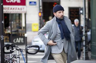 Elige un abrigo largo gris y un blazer de lana gris para un perfil clásico y refinado.