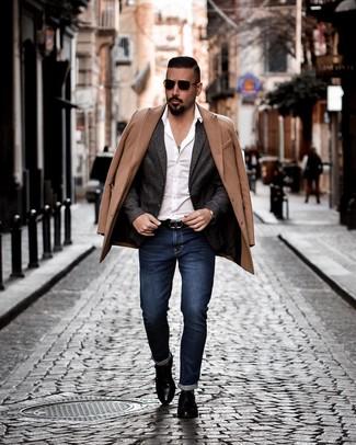 Cómo combinar un blazer de lana en gris oscuro: Equípate un blazer de lana en gris oscuro junto a unos vaqueros azul marino para lograr un look de vestir pero no muy formal. Con el calzado, sé más clásico y elige un par de zapatos con hebilla de cuero negros.
