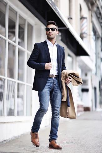 Cómo combinar unos zapatos brogue de cuero marrónes: Ponte un abrigo largo marrón claro y unos vaqueros azules para lograr un estilo informal elegante. Agrega zapatos brogue de cuero marrónes a tu apariencia para un mejor estilo al instante.