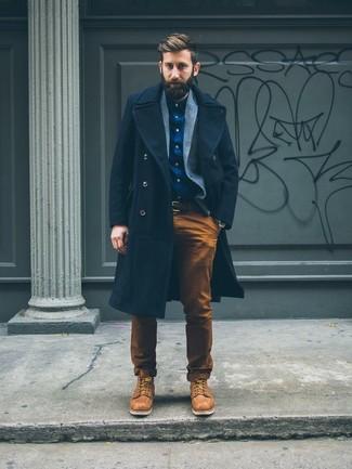 Cómo combinar: abrigo largo azul marino, blazer de lana gris, camisa de manga larga azul marino, pantalón chino en tabaco