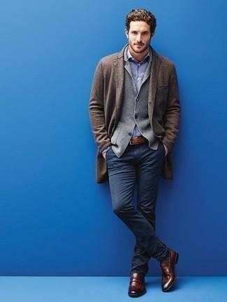 Cómo combinar un blazer de punto gris: Ponte un blazer de punto gris y un pantalón chino azul marino para las 8 horas. Complementa tu atuendo con mocasín de cuero marrón para mostrar tu inteligencia sartorial.