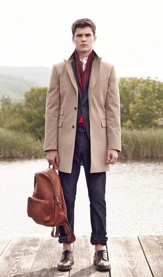 Cómo combinar unos zapatos derby de cuero marrónes: Si buscas un estilo adecuado y a la moda, considera emparejar un abrigo largo marrón claro junto a un pantalón chino en gris oscuro. Haz zapatos derby de cuero marrónes tu calzado para mostrar tu inteligencia sartorial.