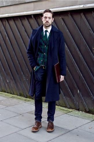 Cómo combinar: abrigo largo azul marino, blazer de tartán en azul marino y verde, camisa de manga larga blanca, vaqueros azul marino
