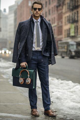 Cómo combinar un portafolio de cuero verde oliva: Un abrigo largo de tartán en gris oscuro y un portafolio de cuero verde oliva son una opción práctica para el fin de semana. Usa un par de zapatos con doble hebilla de cuero marrónes para mostrar tu inteligencia sartorial.