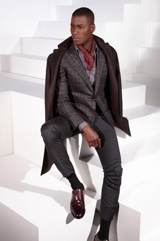 Cómo combinar: abrigo largo en marrón oscuro, blazer de lana a cuadros en gris oscuro, camisa de vestir a lunares gris, pantalón de vestir en gris oscuro