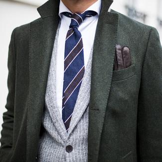 Cómo combinar: abrigo largo verde oscuro, blazer de rayas verticales gris, camisa de vestir blanca, corbata de rayas horizontales azul marino
