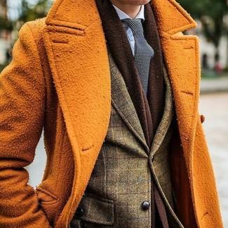 Cómo combinar: abrigo largo naranja, blazer de lana a cuadros verde oliva, camisa de vestir celeste, corbata a lunares en negro y blanco