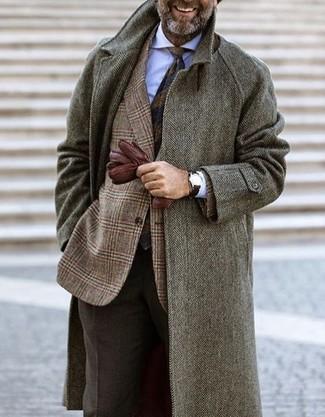 Cómo combinar: abrigo largo de espiguilla gris, blazer de lana de tartán marrón, camisa de vestir blanca, pantalón de vestir de lana en marrón oscuro