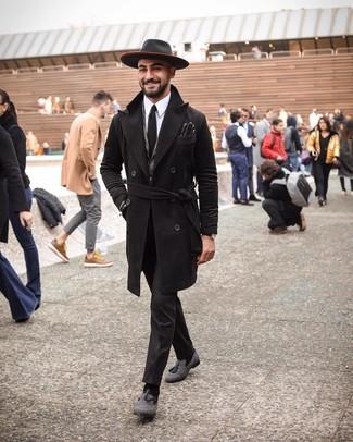 Cómo combinar: abrigo largo negro, blazer de lana de espiguilla gris, camisa de vestir blanca, pantalón de vestir negro