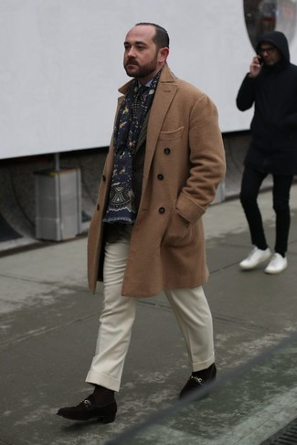 Cómo combinar: abrigo largo marrón claro, blazer de tartán en marrón oscuro, camisa de vestir celeste, pantalón de vestir de lana blanco