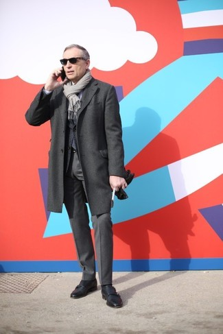 Cómo combinar: abrigo largo en gris oscuro, blazer de lana en gris oscuro, camisa de vestir blanca, pantalón de vestir en gris oscuro
