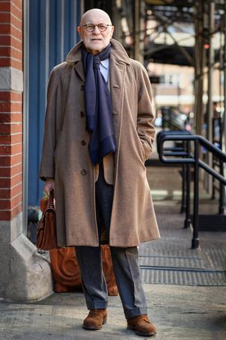Cómo combinar: abrigo largo marrón, blazer a cuadros en tabaco, camisa de vestir de rayas verticales celeste, pantalón de vestir de lana en gris oscuro