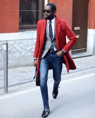 Cómo combinar: abrigo largo rojo, blazer gris, camisa de vestir blanca, vaqueros pitillo azules