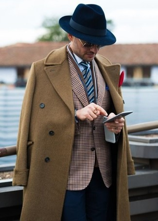 Cómo combinar: abrigo largo marrón, blazer de cuadro vichy marrón, camisa de vestir blanca, pantalón de vestir azul marino