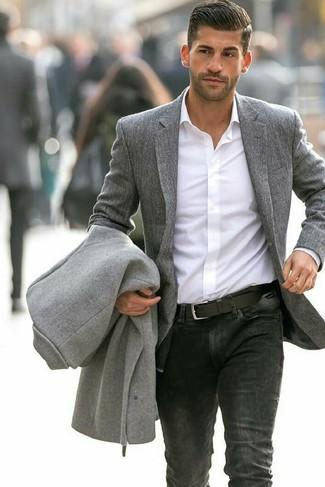 Cómo combinar: abrigo largo gris, blazer de lana gris, camisa de vestir blanca, vaqueros negros