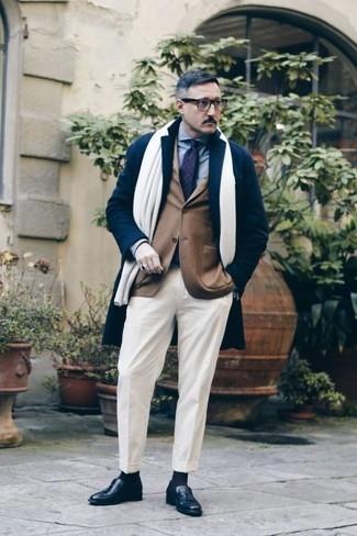 Cómo combinar una bufanda blanca: Elige por la comodidad con un abrigo largo azul marino y una bufanda blanca. Con el calzado, sé más clásico y completa tu atuendo con mocasín con borlas de cuero negro.