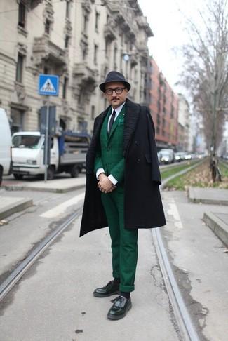 Emparejar un abrigo largo negro con un sombrero es una opción práctica para una apariencia clásica y refinada. Si no quieres vestir totalmente formal, elige un par de mocasín con borlas de cuero negro.