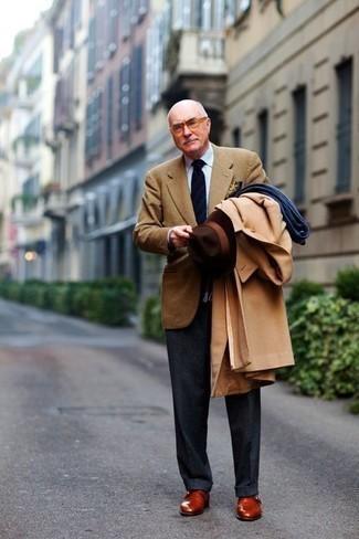 Moda para hombres de 60 años en clima fresco: Emparejar un abrigo largo marrón claro con un pantalón de vestir en gris oscuro es una opción incomparable para una apariencia clásica y refinada. Zapatos con hebilla de cuero en tabaco contrastarán muy bien con el resto del conjunto.