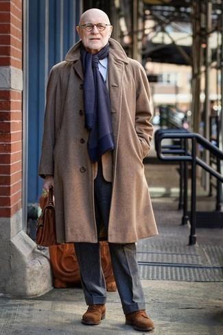 Moda para hombres de 60 años en clima fresco: Empareja un abrigo largo marrón claro con un pantalón de vestir de lana en gris oscuro para rebosar clase y sofisticación. Haz este look más informal con zapatos derby de ante marrónes.