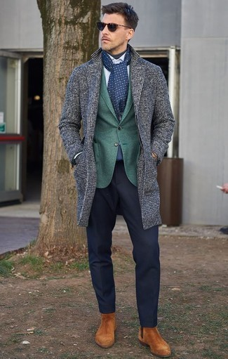 Cómo combinar un blazer verde oscuro: Opta por un blazer verde oscuro y un pantalón de vestir azul marino para un perfil clásico y refinado. ¿Te sientes valiente? Completa tu atuendo con botines chelsea de ante en tabaco.