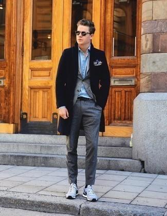 Cómo combinar un pantalón chino gris: Utiliza un abrigo largo azul marino y un pantalón chino gris para después del trabajo. Si no quieres vestir totalmente formal, complementa tu atuendo con deportivas celestes.