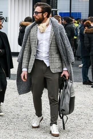Cómo combinar un abrigo largo: Utiliza un abrigo largo y un pantalón chino en gris oscuro para un lindo look para el trabajo. Haz este look más informal con tenis de cuero blancos.