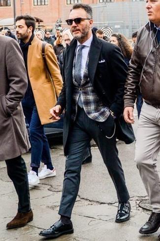 Un pantalón de vestir de vestir con un abrigo largo negro: Casa un abrigo largo negro junto a un pantalón de vestir para rebosar clase y sofisticación. Si no quieres vestir totalmente formal, opta por un par de zapatos con doble hebilla de cuero negros.