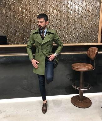 Cómo combinar unos vaqueros azul marino: Haz de un abrigo largo verde oliva y unos vaqueros azul marino tu atuendo para después del trabajo. Con el calzado, sé más clásico y elige un par de zapatos oxford de cuero marrónes.