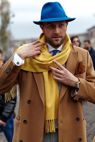 Cómo combinar una bufanda mostaza: Empareja un abrigo largo marrón claro con una bufanda mostaza para un look agradable de fin de semana.