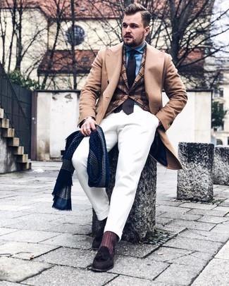 Cómo combinar un blazer de tartán marrón claro: Casa un blazer de tartán marrón claro junto a un pantalón chino blanco para lograr un estilo informal elegante. Con el calzado, sé más clásico y haz mocasín con borlas de ante en marrón oscuro tu calzado.