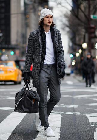 Cómo combinar: abrigo largo en gris oscuro, blazer de lana negro, camisa polo blanca, pantalón de vestir en gris oscuro