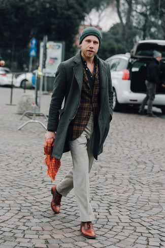 Cómo combinar unos calcetines verde oscuro: Emparejar un abrigo largo verde oscuro con unos calcetines verde oscuro es una opción práctica para el fin de semana. Dale un toque de elegancia a tu atuendo con un par de zapatos oxford de cuero marrónes.