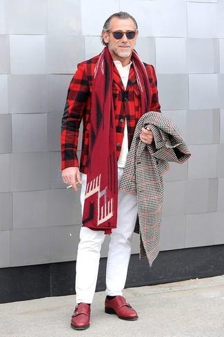 Cómo combinar: abrigo largo de cuadro vichy en negro y blanco, blazer de lana de tartán en rojo y negro, camisa polo blanca, pantalón chino blanco