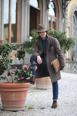 Cómo combinar: abrigo largo de pata de gallo marrón, blazer de lana marrón, camisa vaquera azul, vaqueros azules