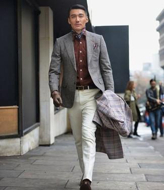 Cómo combinar: abrigo largo de tartán gris, blazer de lana gris, camisa vaquera marrón, pantalón de vestir blanco