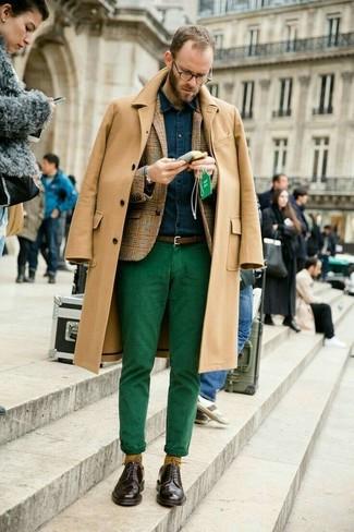 Cómo combinar: abrigo largo marrón claro, blazer de lana de tartán marrón claro, camisa vaquera azul marino, pantalón chino verde