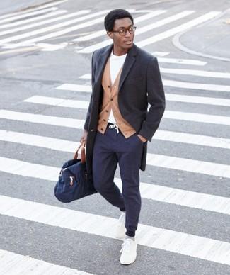 Cómo combinar: abrigo largo en gris oscuro, blazer marrón claro, camiseta con cuello circular blanca, pantalón de chándal azul marino