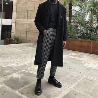Cómo combinar: abrigo largo negro, blazer negro, camiseta con cuello circular negra, pantalón de vestir a cuadros en negro y blanco