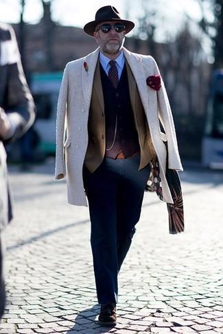Cómo combinar: abrigo largo en beige, blazer marrón, cárdigan en marrón oscuro, camisa de vestir celeste